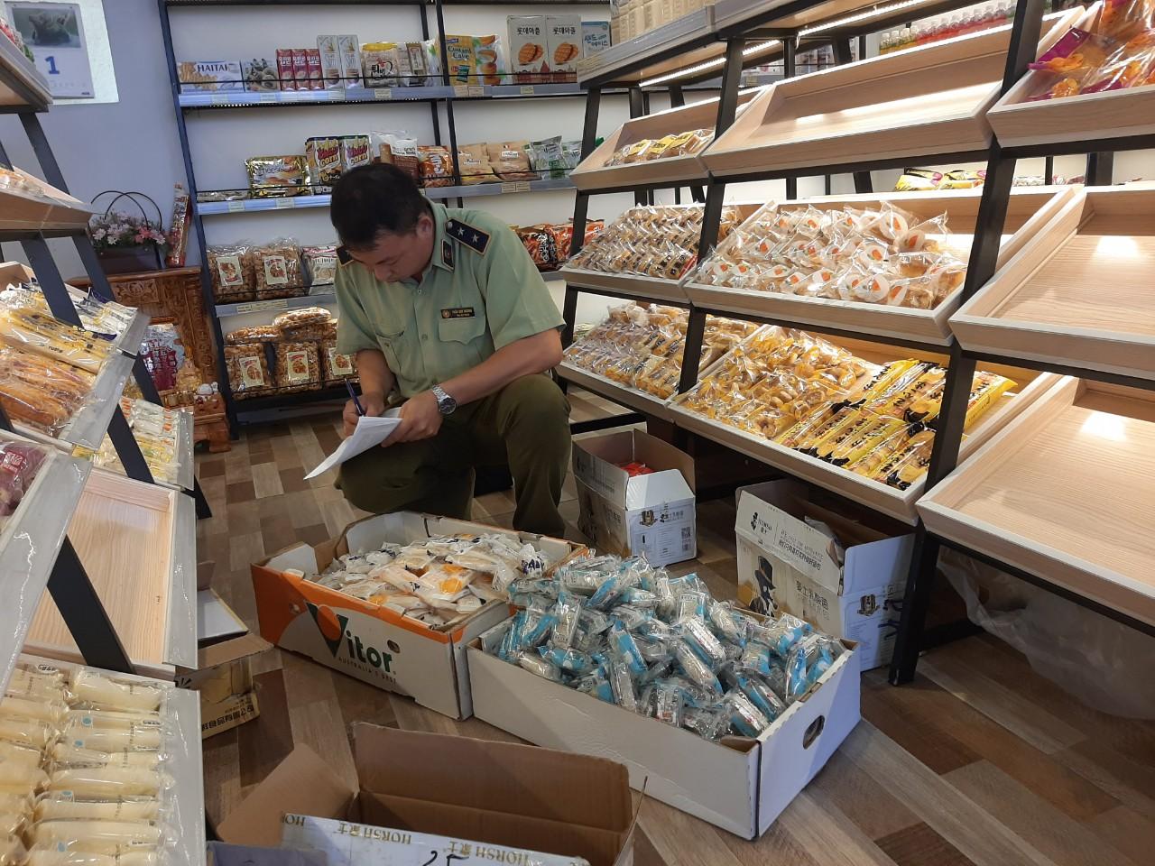 Đội QLTT số 7: Phát hiện, xử lý 585 cái bánh không rõ nguồn gốc, xuất xứ